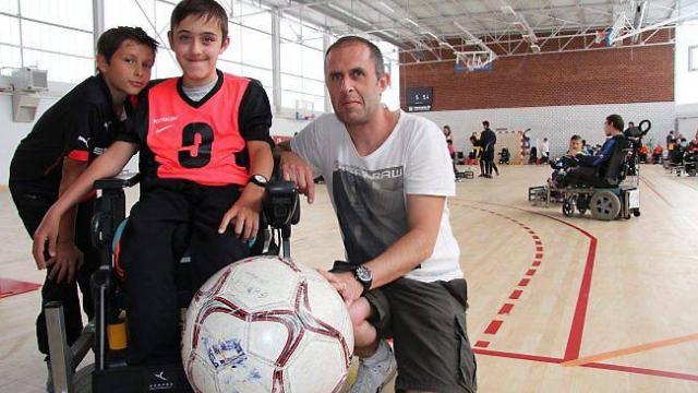 Le rêve de foot de Mattéo tient dans un fauteuil